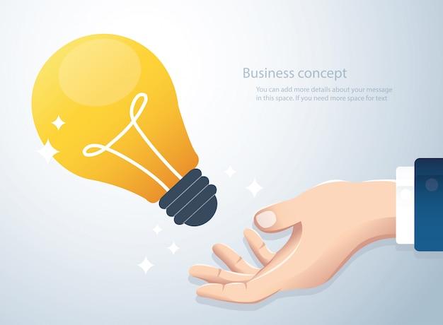 Hand met gloeilamp concept van creatief denken