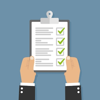 Hand met klembord met checklist