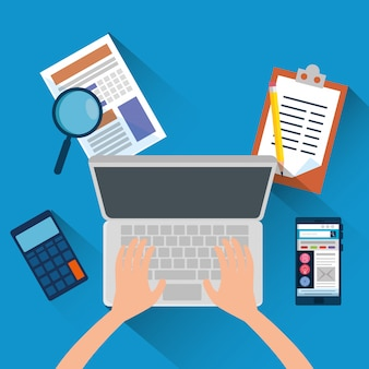 Hand met laptop en kantoor financiën met rekenmachine