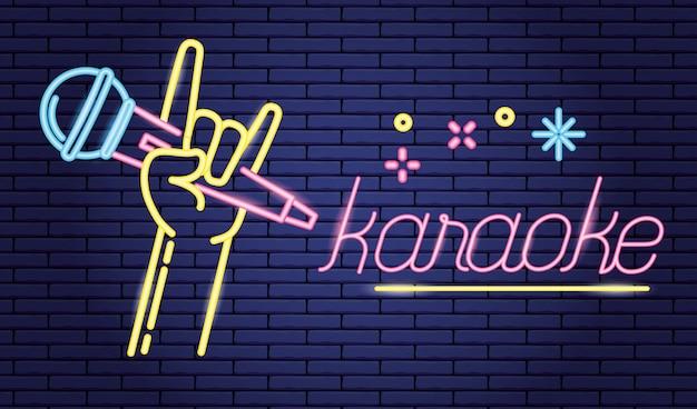 Hand met microfoon in karaoke over paars, neon-stijl