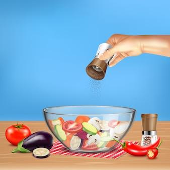 Hand met pepermolen over salade van groenten in glaskom op blauwe realistische illustratie