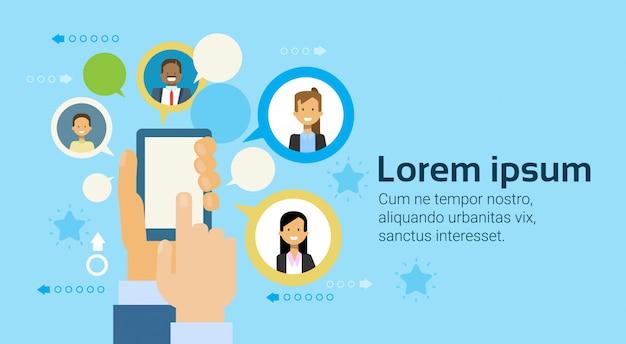Hand met slimme telefoon of digitale tablet computer mensen uit het bedrijfsleven netwerken achtergrond