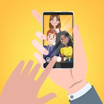 Hand met smartphone en kijken naar foto met vrienden in galerij