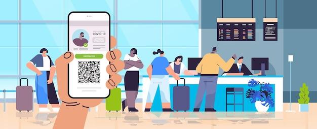 Hand met smartphone met digitale immuniteit paspoort met qr-code op scherm risicovrij covid-19 pandemie vaccineren certificaat coronavirus immuniteit concept luchthaven interieur horizontaal vector illustra