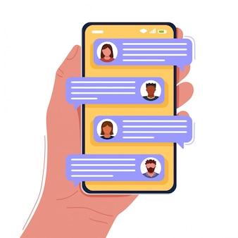 Hand met smartphone met praatjebellen