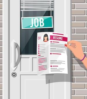 Hand met sollicitatie kantoor deur met vacature teken. zoeken naar een baan. inhuren, rekruteren. human resources management, zoeken van professioneel personeel, werk. juiste cv gevonden. platte vectorillustratie