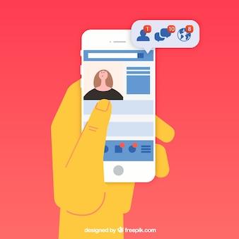 Hand met telefoon met facebookmeldingen