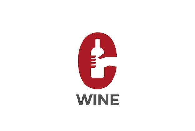 Hand met wijn whiskey vodka fles logo. negatieve ruimtestijl.