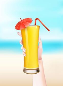Hand met zomer cocktail met stro en paraplu