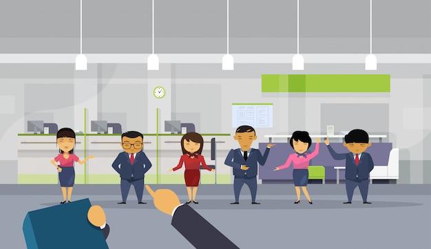 Hand wijzende vinger op zakenman over groep aziatische mensen uit het bedrijfsleven