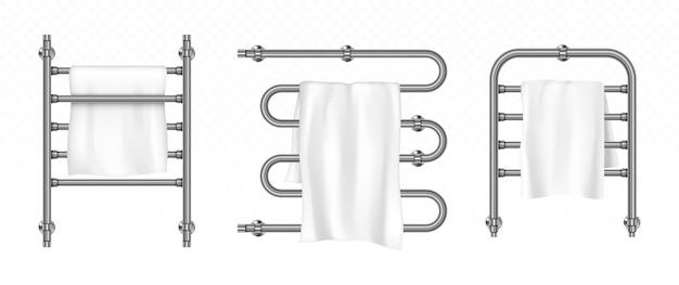 Handdoek hangt aan de droger met metalen rails