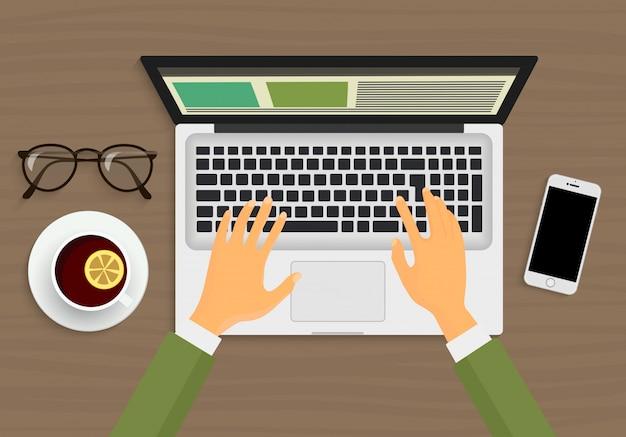 Handen die op laptop werken