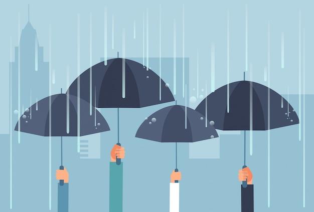 Handen die paraplu's houden terwijl onweersbui. vector veilig cartoon bedrijfsconcept