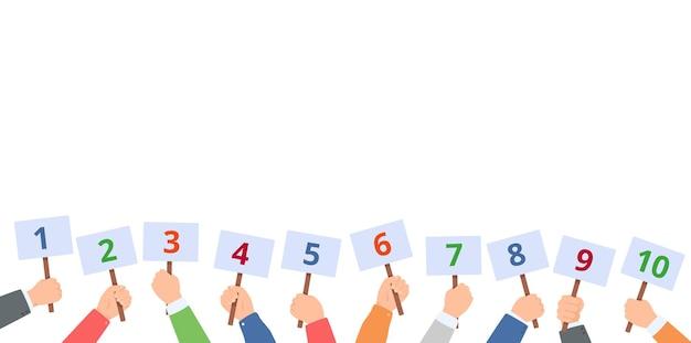 Handen houden scorekaarten met cijfers jurycommissie met scorekaarten contest stem feedback concept