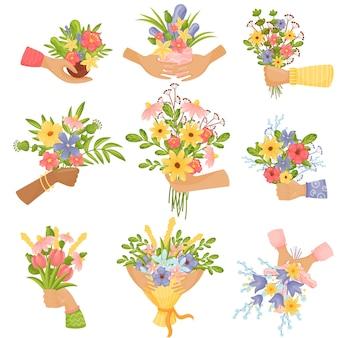 Handen houden verschillende boeketten bloemen vast