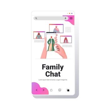Handen met behulp van smartphone chatten met arabische mensen in web browservensters tijdens virtuele vergadering videogesprek familiechat online communicatieconcept