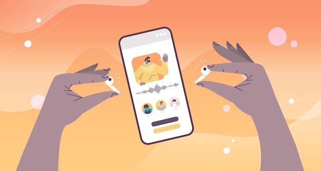 Handen met oortelefoons communiceren in instant messengers door spraakberichten audio-chat-applicatie sociale media online communicatie concept horizontale vectorillustratie