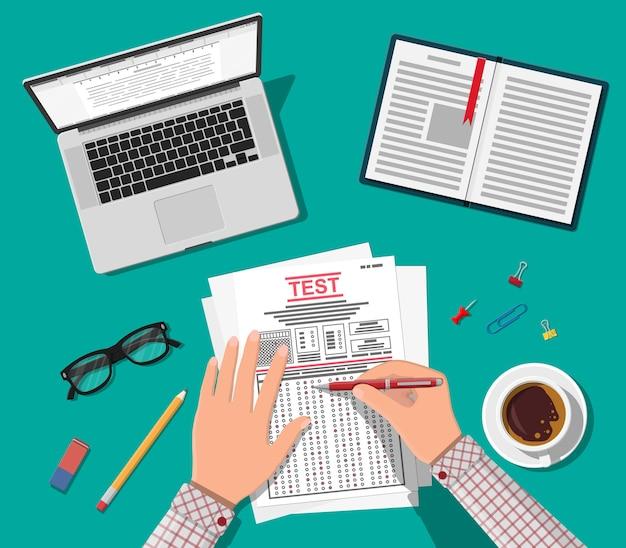 Handen met pen vullen enquête of examenformulieren in.