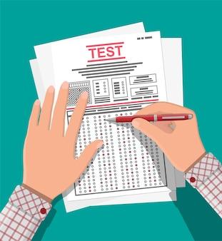 Handen met pen vullen enquête of examenformulieren in