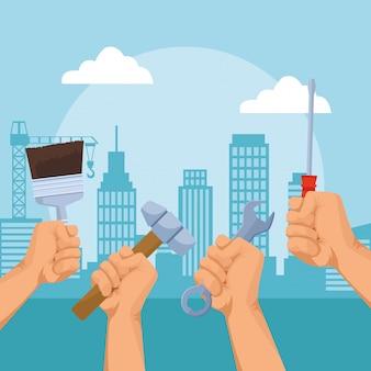 Handen met reparatiehulpmiddelen over stedelijke stadsgebouwen