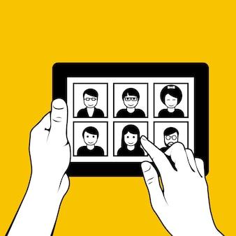 Handen met tabletpc - kijkend door foto's op datingsite