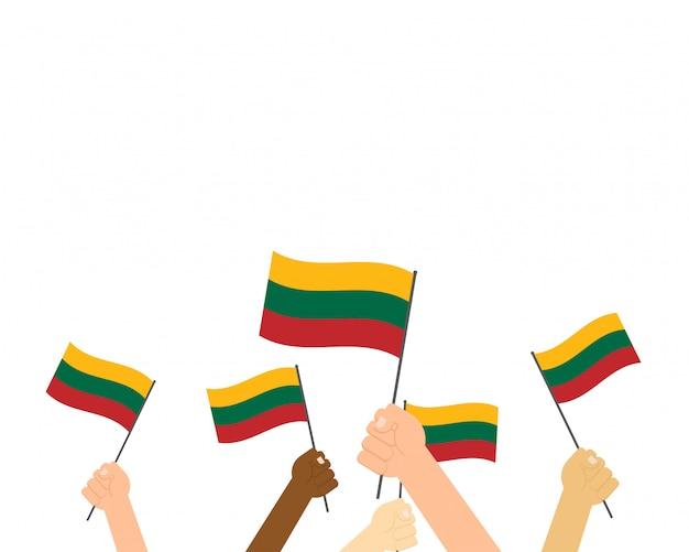 Handen met vlaggen van litouwen