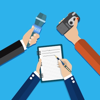 Handen met voicerecorder, microfoon
