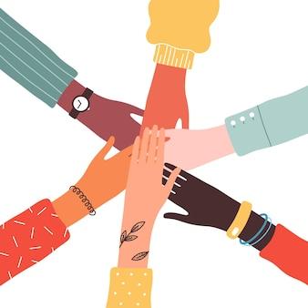 Handen van diverse groep mensen.