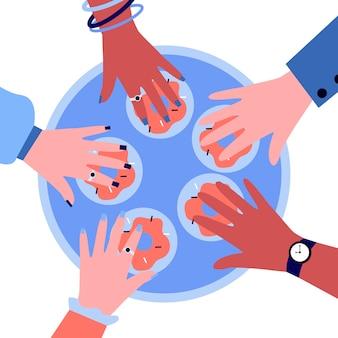 Handen van mensen die donuts uit cirkel dienblad