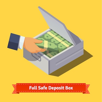Handen zetten cash stack in een kluisje