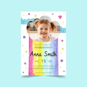 Handgeschilderde regenboog verjaardagsuitnodiging met foto