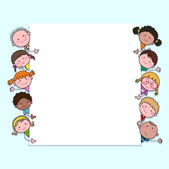 Handgetekende cartoon kinderen kijken naar leeg bord met kopie ruimte