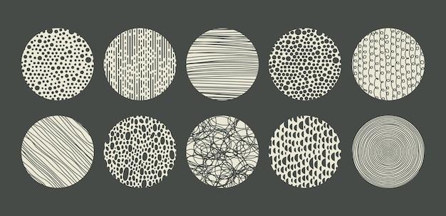 Handgetekende gevlekte gestippelde krabbel en arcering doodle vector ronde patronen