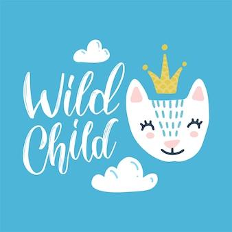 Handgetekende kleur schattige kinderillustratie, poster, print, kaart met een schattige kat, kroon, wolken en het opschrift wild child in scandinavische stijl op een blauwe achtergrond. schattige baby dier.