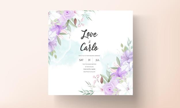 Handgetekende mooie paarse bloemen bruiloft uitnodiging sjabloon