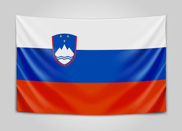 Hangende vlag van slovenië. republiek slovenië. nationale vlag.
