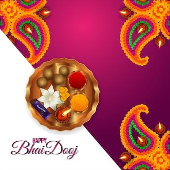Happy bhai dooj indian festival wenskaart met creatieve geschenken en pooja thali