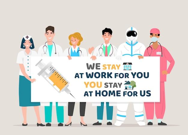 Happy doctor team met bord, covid-19 citaten. wij blijven voor u aan het werk, u blijft thuis voor ons, covid-19 corona-virusuitbraak.