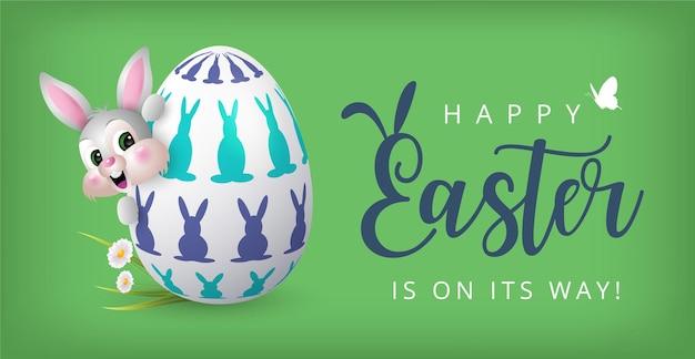 Happy easter banner met konijn met gezichtsmasker en kleurrijk beschilderd ei
