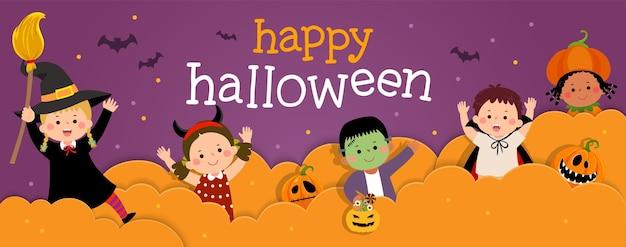 Happy halloween-banner met gelukkige jonge geitjes in halloween-kostuums in papierstijl.