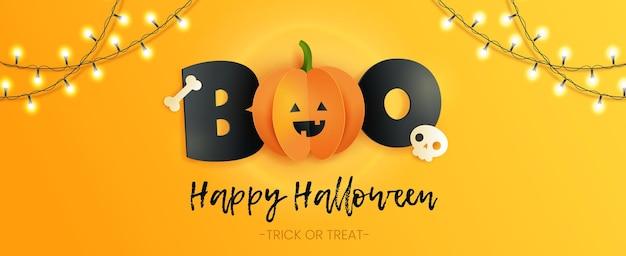 Happy halloween horizontale kaart met inscriptie boo, schedel, bot en pompoen in papier gesneden stijl. grappige papieren pompoen met zwarte letters op gele achtergrond.