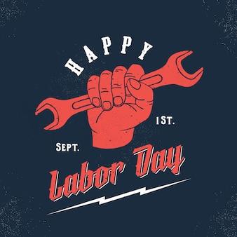 Happy labor day vintage sjabloon moersleutel in een hand met retro typografie en shabby texturen.