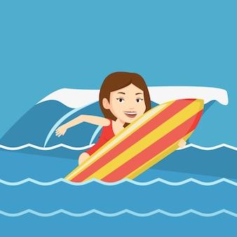 Happy surfer in actie op een surfplank.