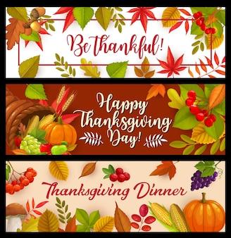 Happy thanksgiving day banners, hoorn des overvloeds met herfst oogst pompoen, maïs en druiven met champignons en vallende bladeren esdoorn, eik of populier en berk met lijsterbes. bedankt groeten