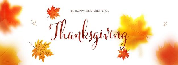 Happy thanksgiving day lettertype met esdoorn bladeren versierd op een witte achtergrond.