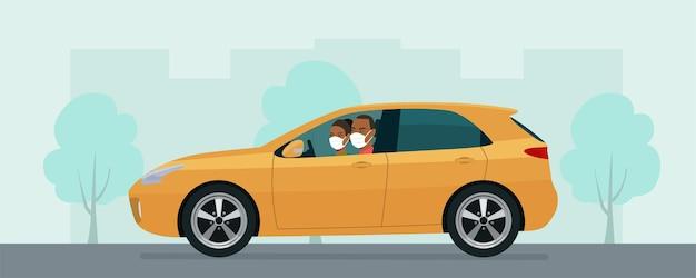 Hatchback auto met een jonge man en vrouw in een medisch masker