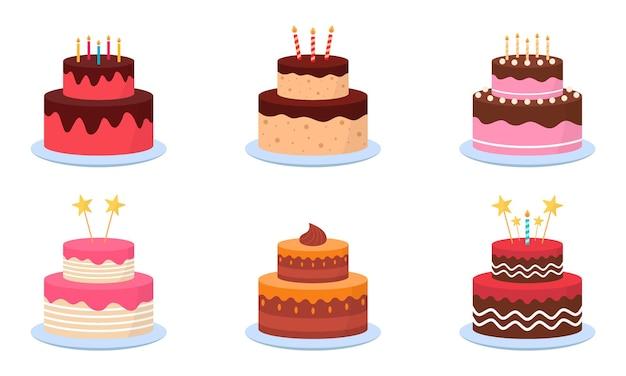 Heerlijke taarten met kaarsen voor verjaardagsfeestje