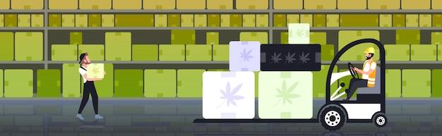 Heftruck chauffeur met kartonnen dozen met cannabis blad medische marihuana moderne magazijn interieur commerciële zakelijke hennep levering horizontaal concept