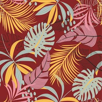 Helder abstract naadloos patroon met kleurrijke tropische bladeren en planten op rood
