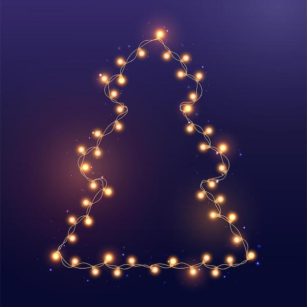 Heldere gouden en gele slinger op kerstboom. string met realistische lichten op blauwe achtergrond